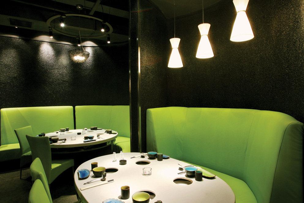Top restaurant design 高级餐饮空间案例_味腾四海 一层黑白关系中的绿.jpg
