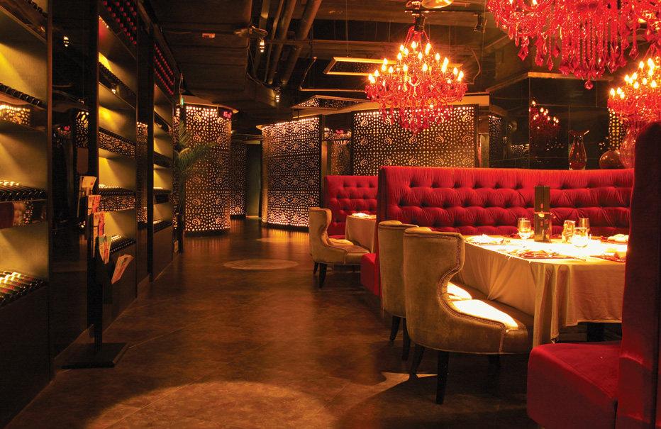 Top restaurant design 高级餐饮空间案例_(谢)低调的华贵  14商务区通道.jpg