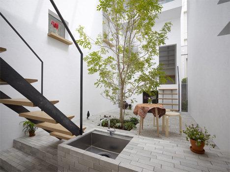 minna-no-ie-house-tree-in-courtyard.jpg