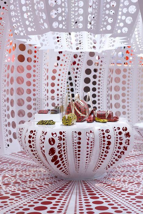 路易威登和草间弥生  概念在Selfridges商店_dezeen_Louis-Vuitton-and-Kusama-concept-store-at-Selfridges_7.jpg