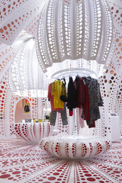 路易威登和草间弥生  概念在Selfridges商店_dezeen_Louis-Vuitton-and-Kusama-concept-store-at-Selfridges_10.jpg