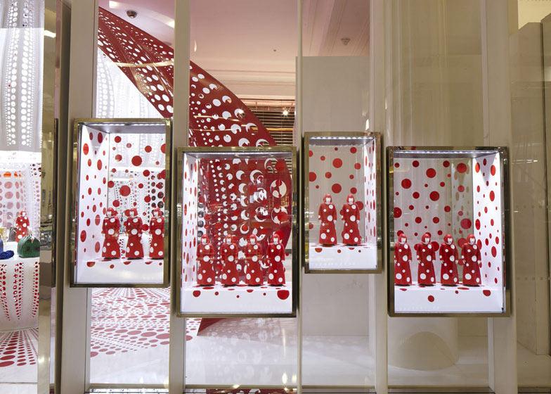 路易威登和草间弥生  概念在Selfridges商店_dezeen_Louis-Vuitton-and-Kusama-concept-store-at-Selfridges_ss_2.jpg