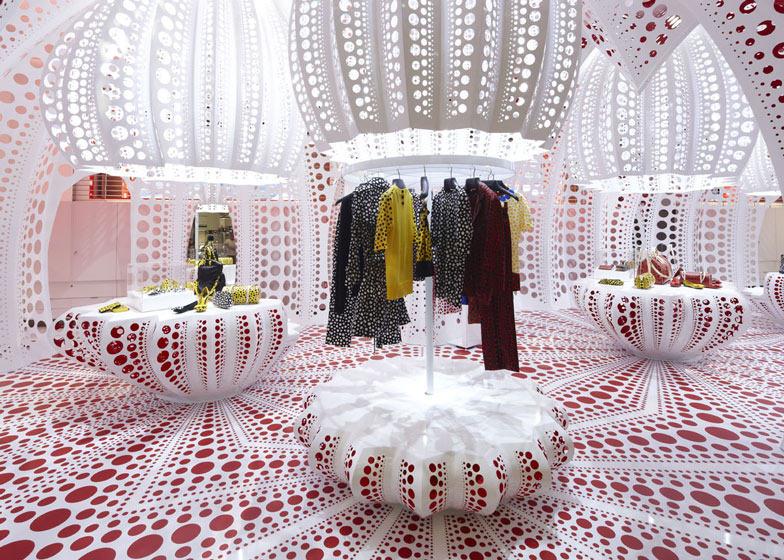 路易威登和草间弥生  概念在Selfridges商店_dezeen_Louis-Vuitton-and-Kusama-concept-store-at-Selfridges_ss_4.jpg