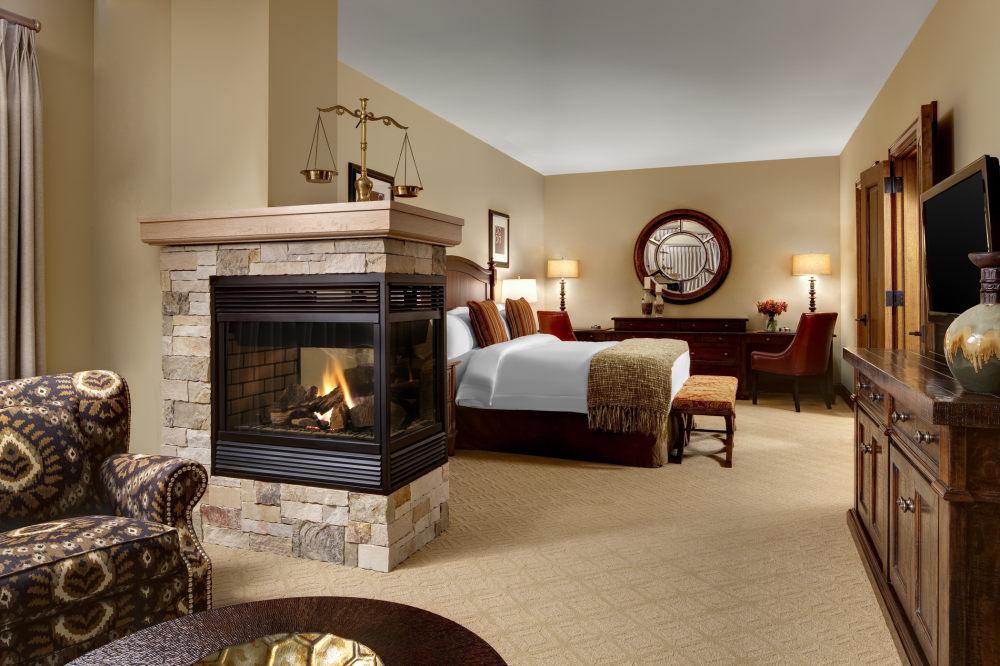 犹他州鹿谷瑞吉酒店The St. Regis Deer Valley, Utah (..._The St. Regis Deer Valley—Ambassador Residence Master Bedroom.jpg