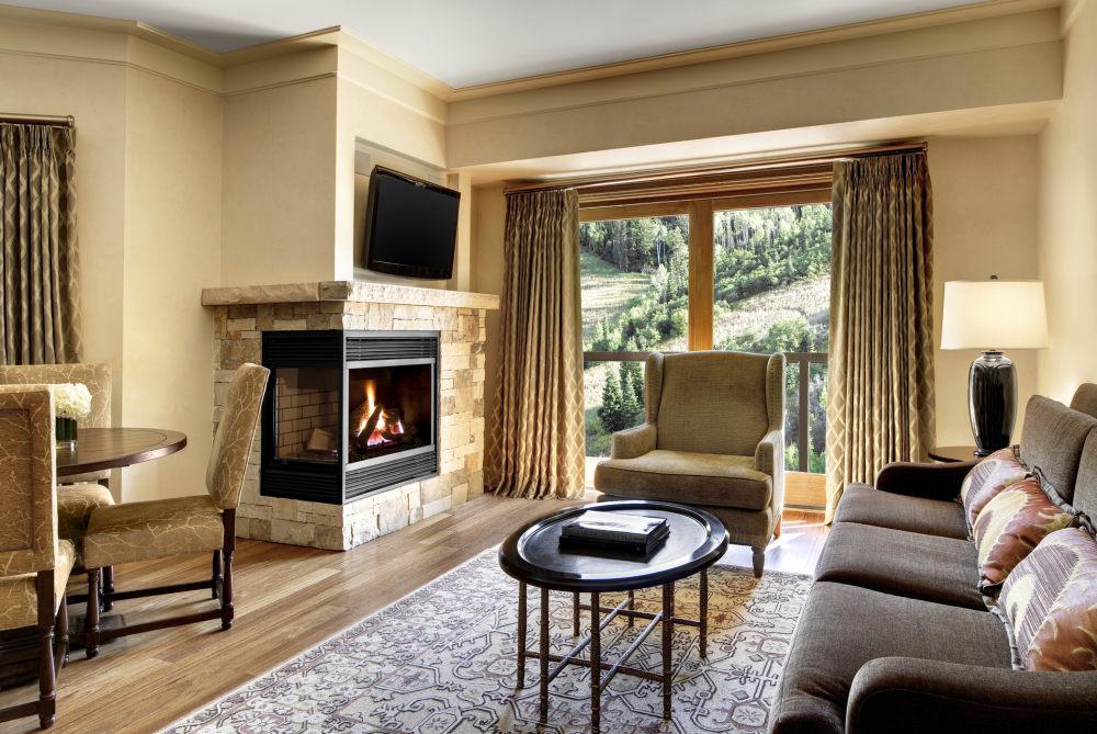 犹他州鹿谷瑞吉酒店The St. Regis Deer Valley, Utah (..._The St. Regis Deer Valley—Astor Suite Living Room.jpg