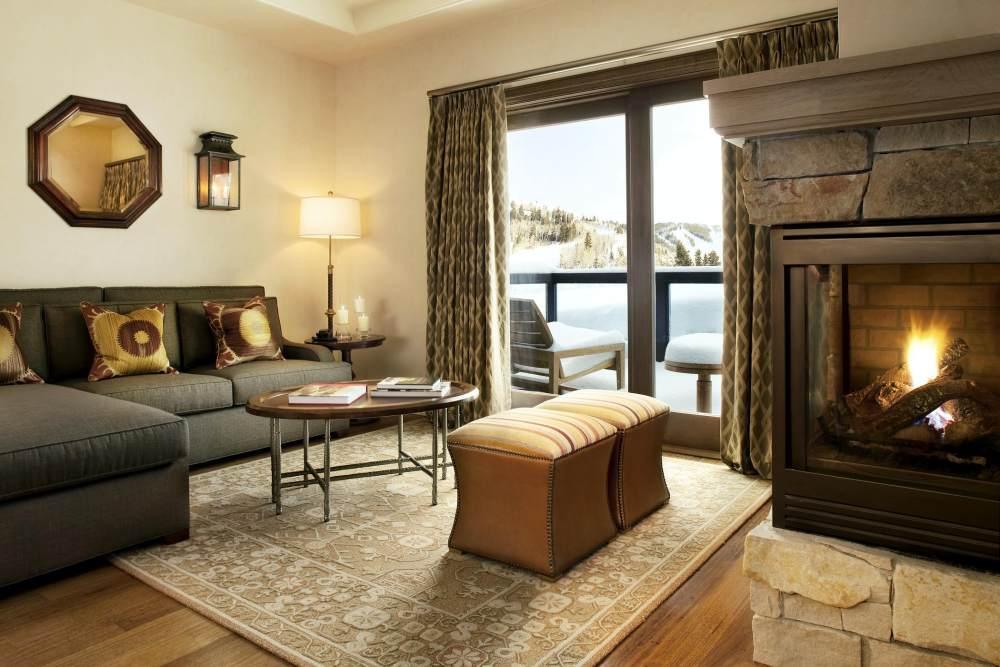 犹他州鹿谷瑞吉酒店The St. Regis Deer Valley, Utah (..._The St. Regis Deer Valley—Deluxe Suite Parlor.jpg