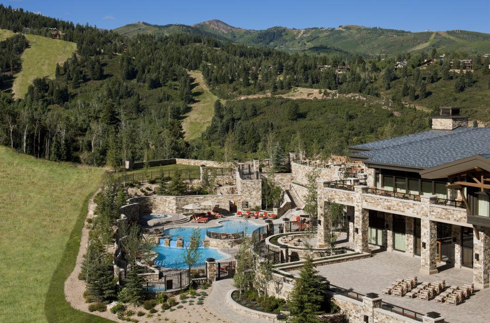 犹他州鹿谷瑞吉酒店The St. Regis Deer Valley, Utah (..._The St. Regis Deer Valley—Exterior view of slope side pool.jpg