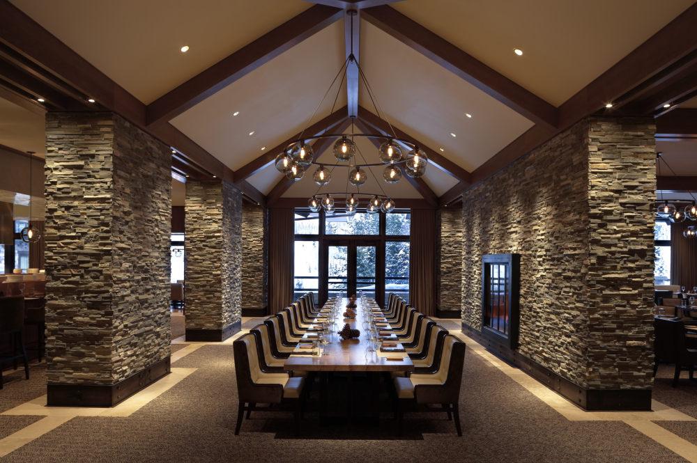 犹他州鹿谷瑞吉酒店The St. Regis Deer Valley, Utah (..._The St. Regis Deer Valley—J&G Grill Communal Table.jpg