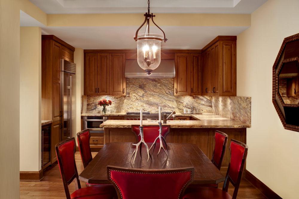 犹他州鹿谷瑞吉酒店The St. Regis Deer Valley, Utah (..._The St. Regis Deer Valley—Madison Residence Kitchen and Dining Room.jpg