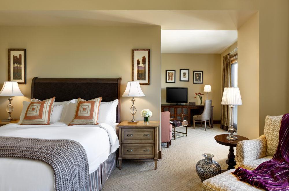 犹他州鹿谷瑞吉酒店The St. Regis Deer Valley, Utah (..._The St. Regis Deer Valley—Madison Residence Master Bedroom and sitting area.jpg