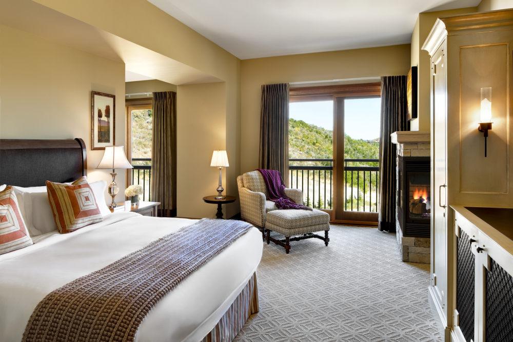 犹他州鹿谷瑞吉酒店The St. Regis Deer Valley, Utah (..._The St. Regis Deer Valley—Madison Residence Master Bedroom.jpg