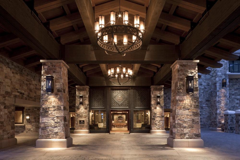 犹他州鹿谷瑞吉酒店The St. Regis Deer Valley, Utah (..._The St. Regis Deer Valley—Porte Cochere.jpg