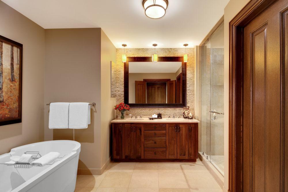 犹他州鹿谷瑞吉酒店The St. Regis Deer Valley, Utah (..._The St. Regis Deer Valley—St Regis Residence Master Bathroom.jpg