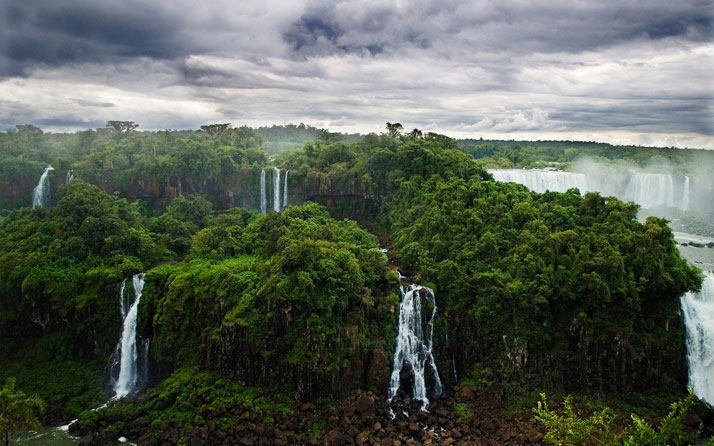 伊瓜苏瀑布,阿根廷和巴西之间