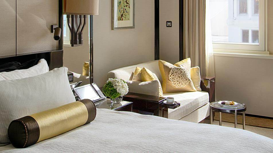 重新装修后的香港半岛酒店_Deluxe-Courtyard-Room-bed-sofa.jpg