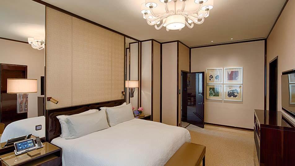 重新装修后的香港半岛酒店_Deluxe-Suite-Bedroom.jpg