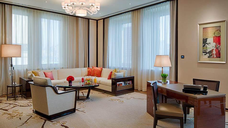 重新装修后的香港半岛酒店_Deluxe-Suite-Living-Room.jpg