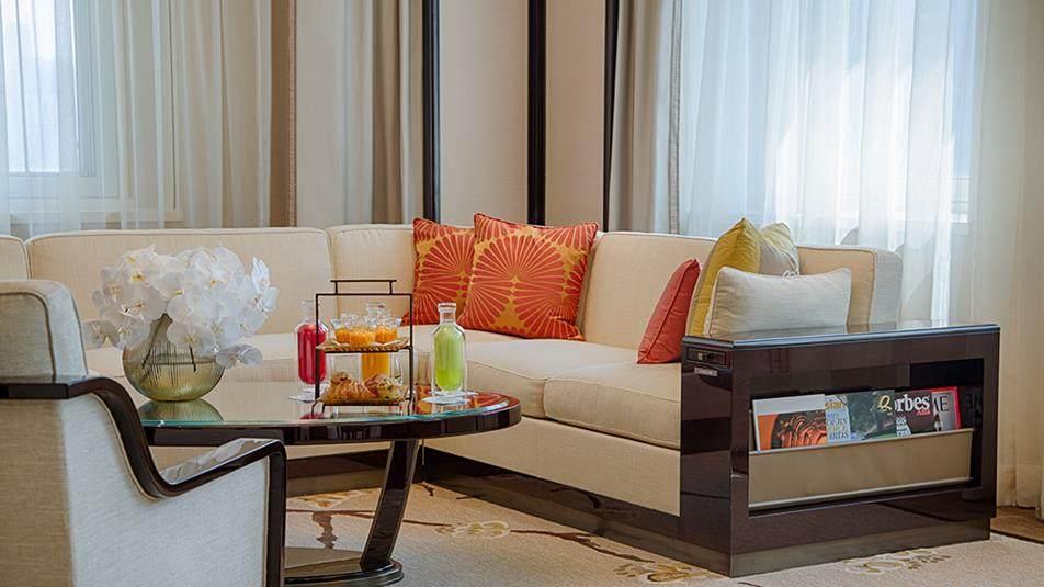 重新装修后的香港半岛酒店_Deluxe-Suite-Sofa-in-Living-Room.ashx.jpg