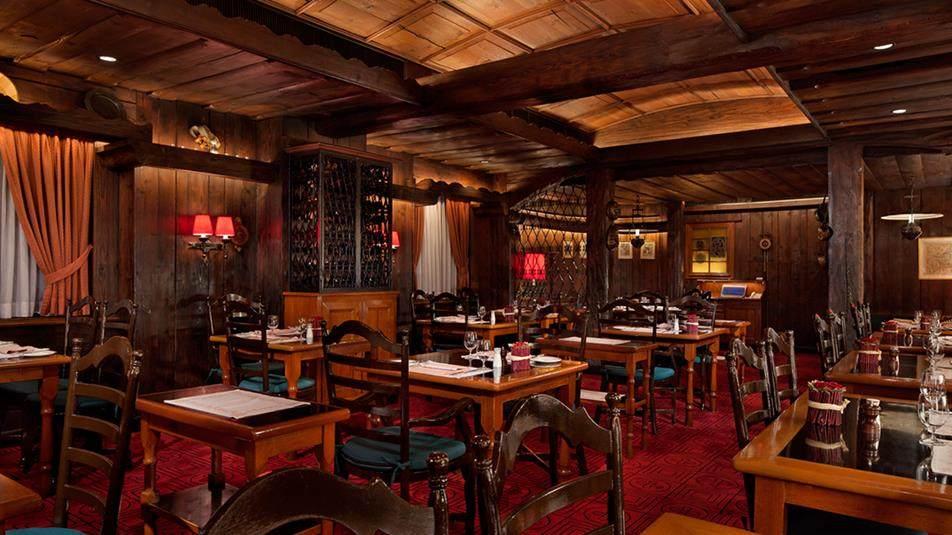 重新装修后的香港半岛酒店_Chesa-restaurant-interior.ashx.jpg