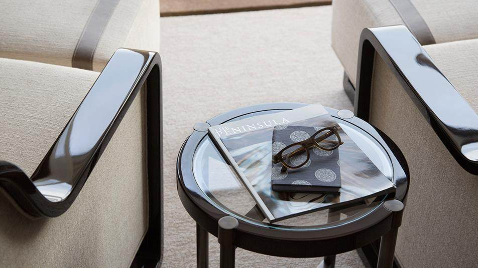 重新装修后的香港半岛酒店_Grand-Deluxe-Harbour-View-Suite-coffee-table.jpg