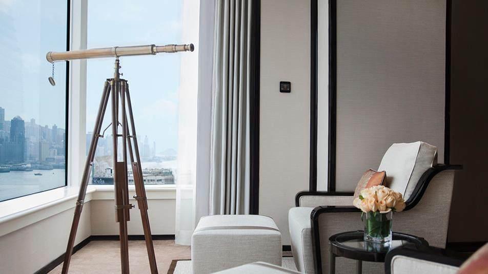重新装修后的香港半岛酒店_Grand-Deluxe-Harbour-View-Suite-Corner-Window.jpg