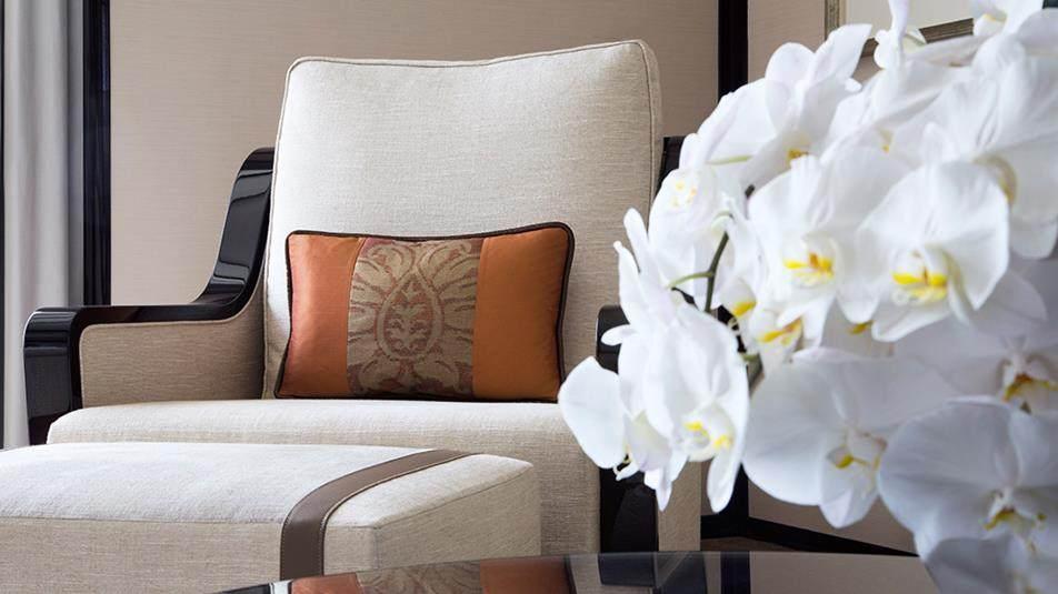 重新装修后的香港半岛酒店_Grand-Deluxe-Harbour-View-Suite-sofa-with-flower.jpg