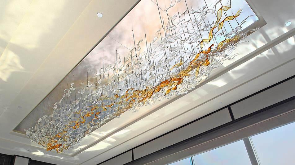 重新装修后的香港半岛酒店_Peninsula-Suite-Living-Room-Hand-blown-Lasvit-Bohemian-Glass-Chandelier.ashx.jpg