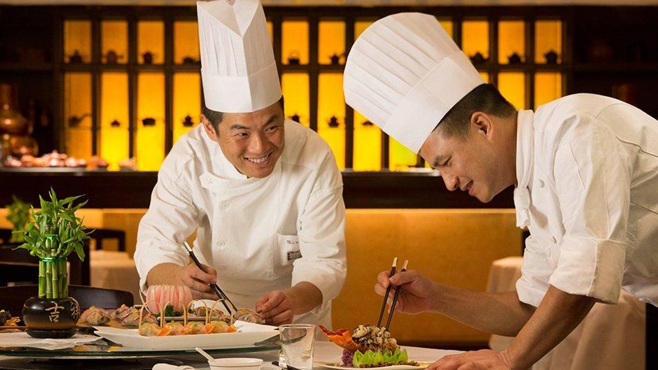 重新装修后的香港半岛酒店_Spring-Moon_chef_fong.ashx.jpg