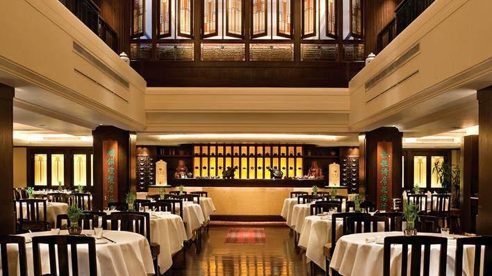 重新装修后的香港半岛酒店_Spring-moon-restaurant-interior-tea-counter.ashx.jpg