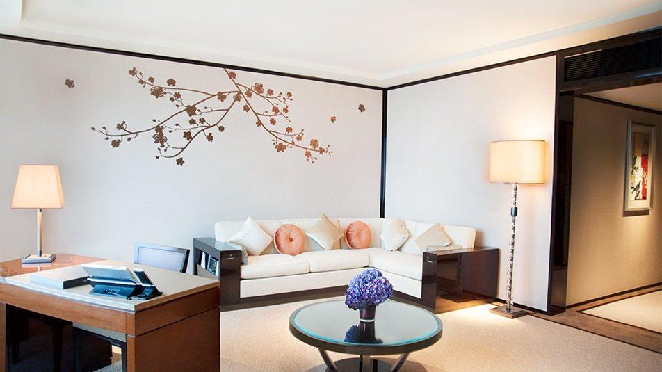 重新装修后的香港半岛酒店_Superior-Harbour-View-Suite-livingroom.jpg