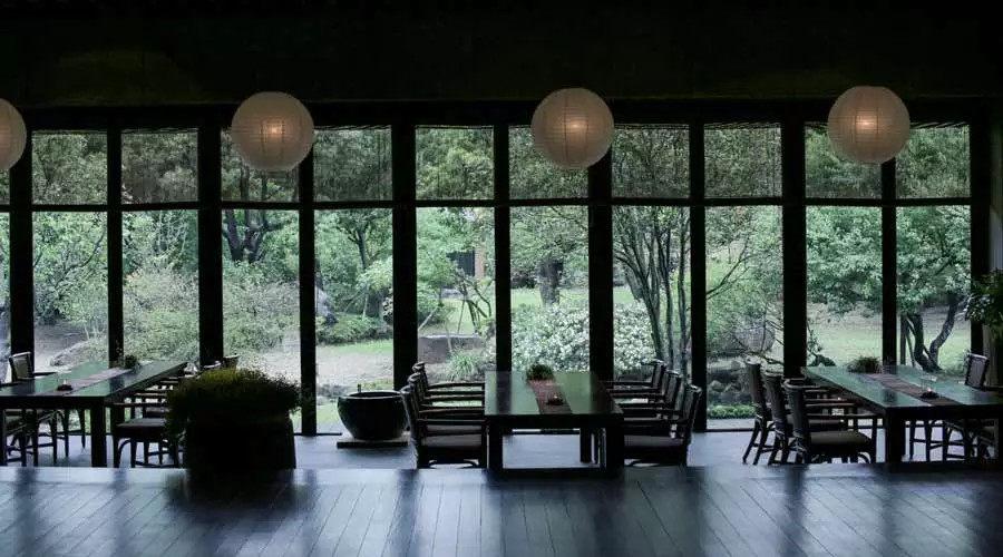 全台湾最有江南范儿的园子_每个空间都用了落地窗,为的是让人在室内也能看到美丽的自然景色。主人甚至没在室内挂字画,他认为要尽量把 ...