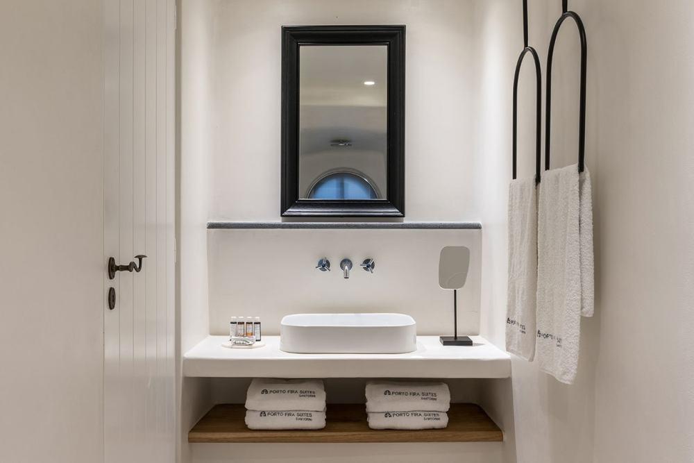 f1_porto_fira_suites_santorini_greece_interior_design_laboratorium_photo_giorgos.jpg