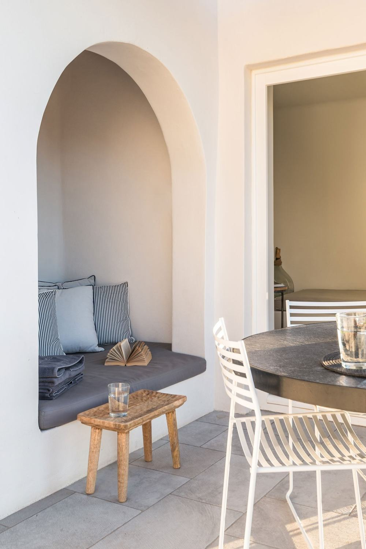 s6_porto_fira_suites_santorini_greece_interior_design_laboratorium_photo_giorgos.jpg