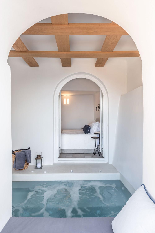 s16_porto_fira_suites_santorini_greece_interior_design_laboratorium_photo_giorgo.jpg
