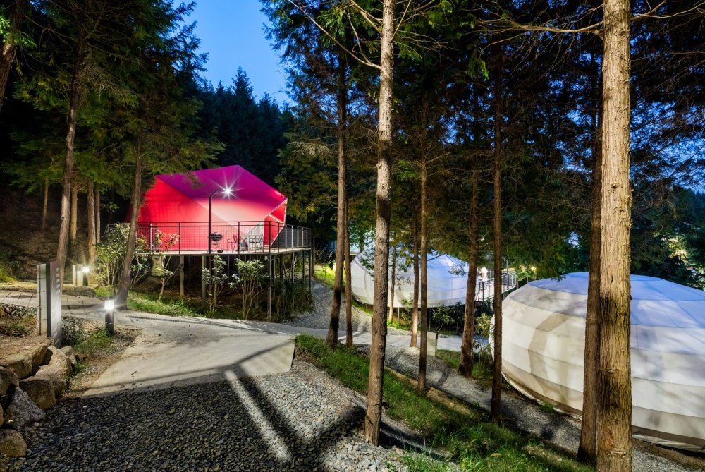 5_View_of_glamping_units_from_the_upper_part_of_the_forest_path_©_Kyungsub_Shin.jpg