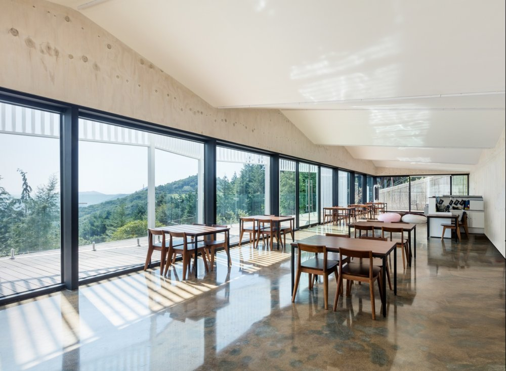 9_View_of_restaurant_dining_area_looking_across_the_terrace_©_Kyungsub_Shin.jpg
