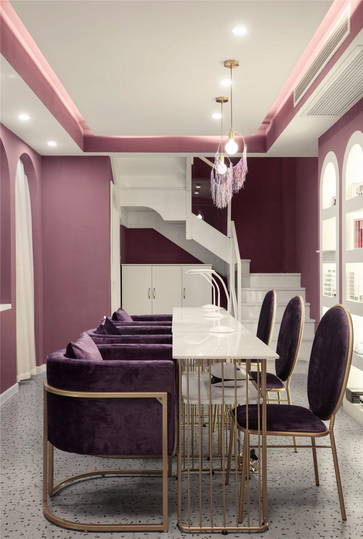南舍空间新作——常州荷尔蒙美甲美睫皮肤管理_美甲区同色调的紫色沙发搭配金色腿,与整个空间和谐统一。