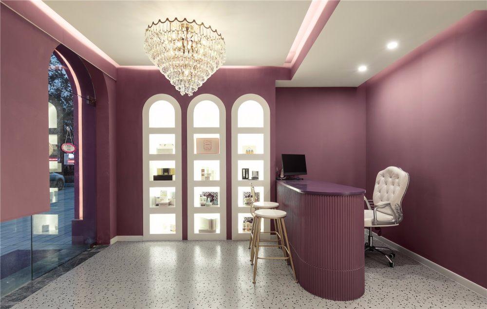 南舍空间新作——常州荷尔蒙美甲美睫皮肤管理_展柜正面图,金色的吧台凳与金色吊灯让空间更精致。