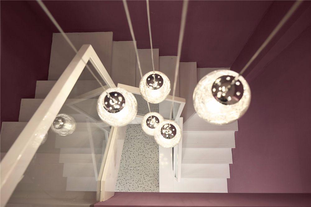 南舍空间新作——常州荷尔蒙美甲美睫皮肤管理_楼梯采用纯白色加玻璃扶手的钢架楼梯,球形水晶灯从二楼一直垂到一楼,璀璨夺目。 ...