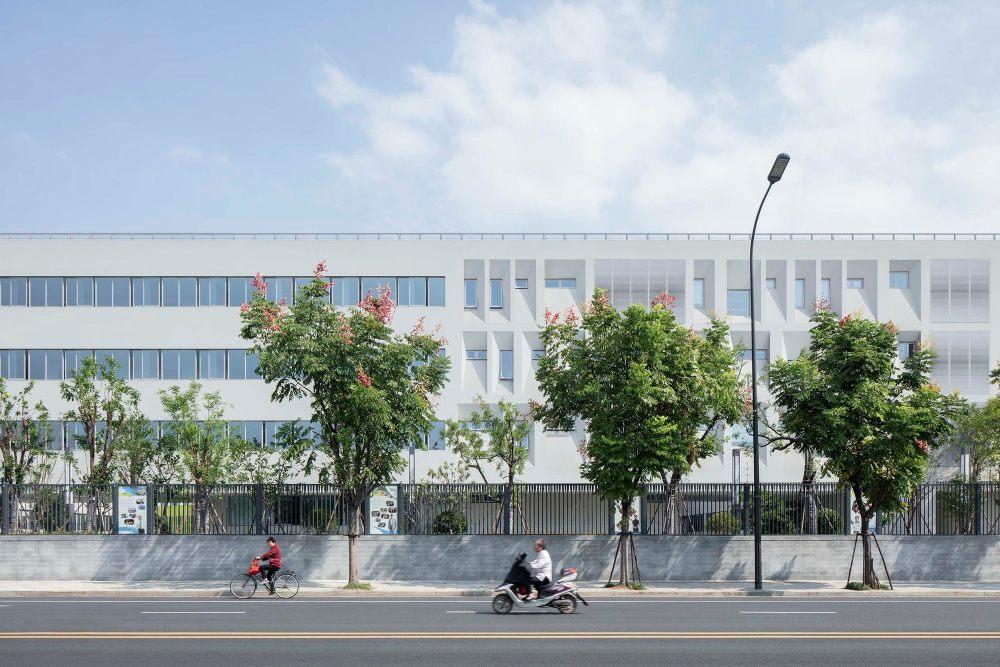 摄影师夏至)崇文02_学校西侧走廊的长条形开窗,教师休息室的自由开窗正对着校园西侧的大片田地.jpg