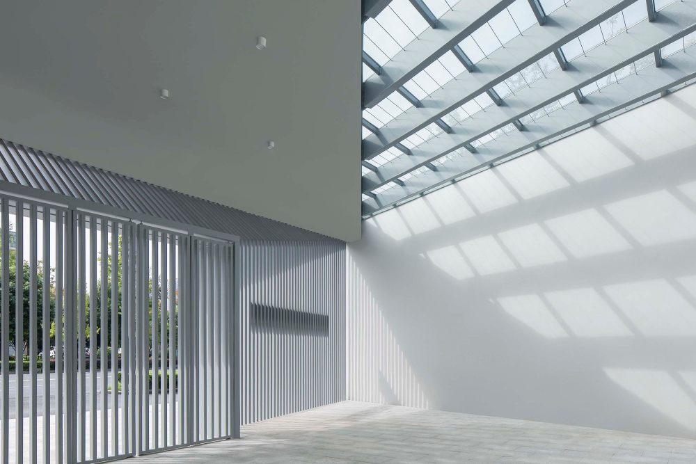 摄影师夏至)崇文03-1_南入口门廊是主体建筑内门厅的延伸,家长可以在此等候接送孩子.jpg
