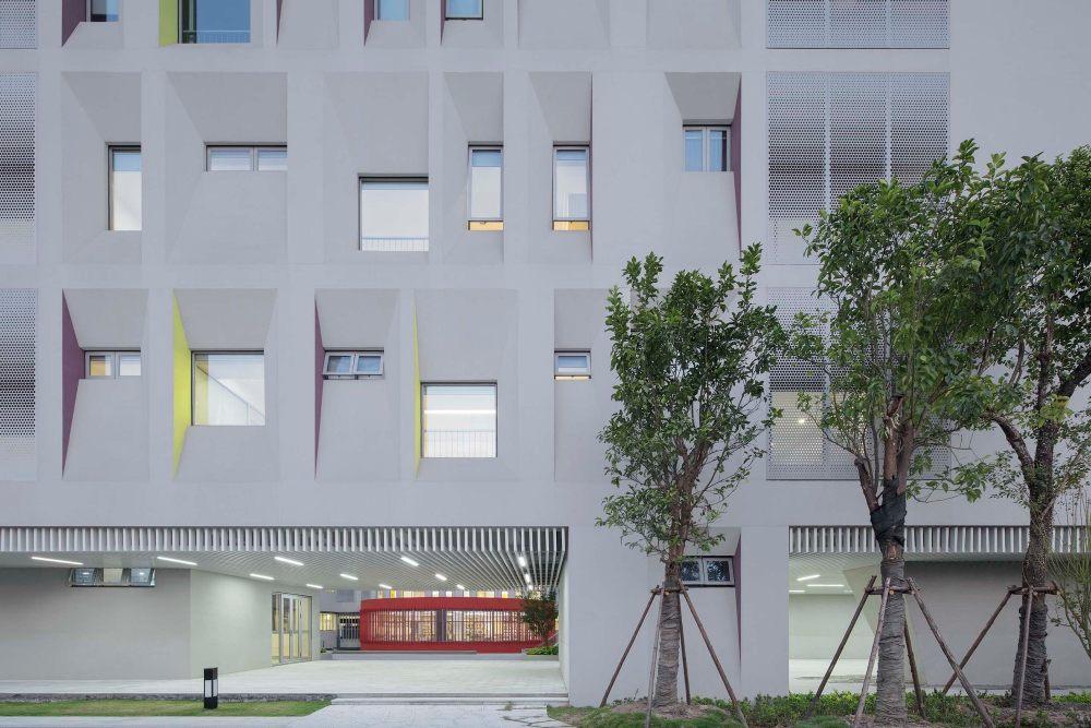 摄影师夏至)崇文07_架空拓宽了校园的活动范围,模糊了建筑的内外边界.jpg