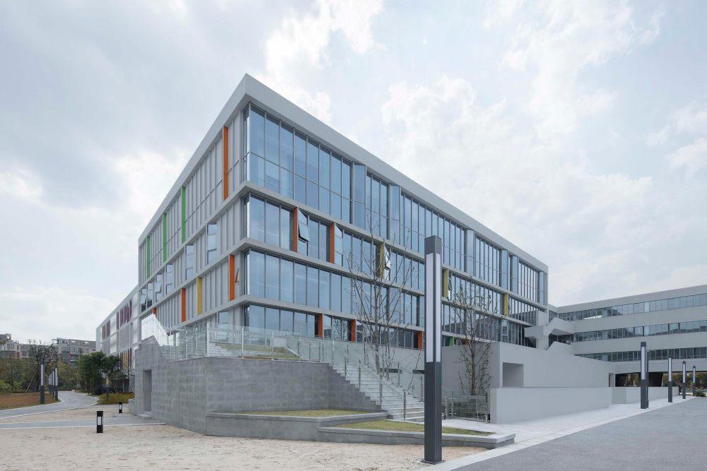 摄影师夏至)崇文10_体育馆东北角,学生可以从一层直接到操场,也可以通过二层平台转折而下.jpg