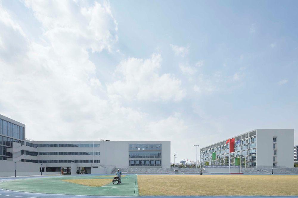 摄影师夏至)崇文13_教学建筑面向操场的一侧需要良好的视野,加强运动的参与感.jpg