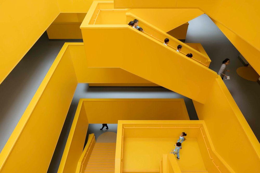 摄影师夏至)崇文22_中轴线楼梯成为师生最喜欢的活动空间.jpg