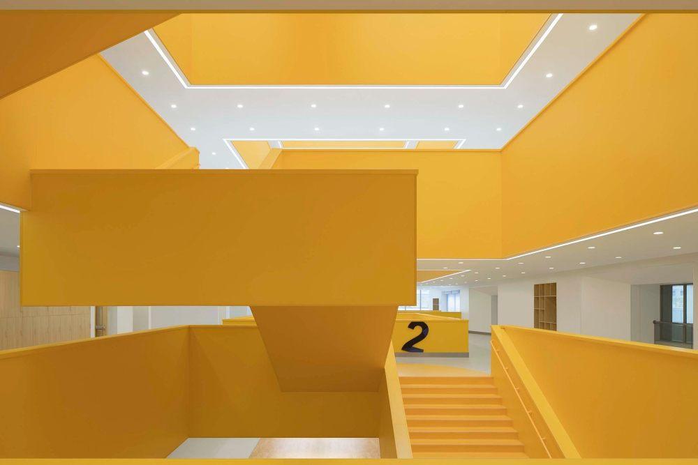 摄影师夏至)崇文26_楼梯的悬空设计,让学生体验到简洁的力学美感.jpg