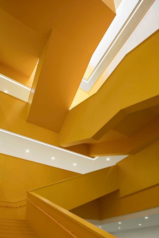 摄影师夏至)崇文29_中轴线楼梯用了三种基本形态的楼梯形式,组合出了富有动感的空间1.jpg