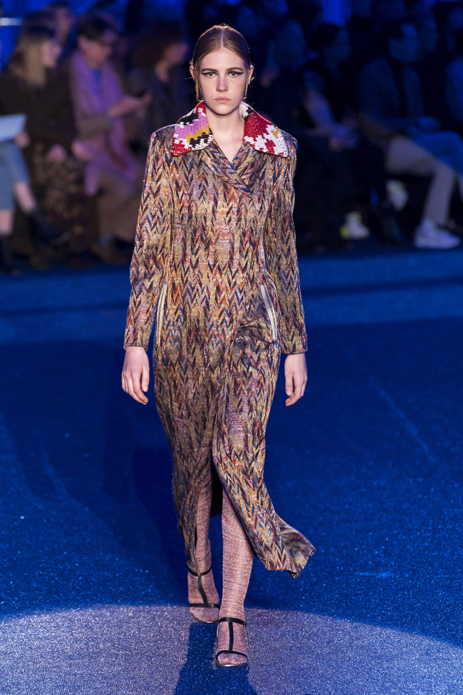 Missoni时装系列图形拼色也有助于丰富最小的无袖或单肩束腰外衣-19.jpg