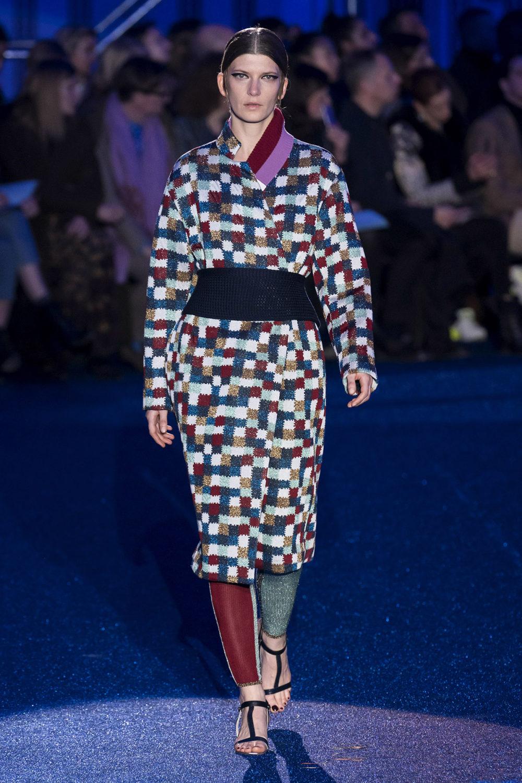 Missoni时装系列图形拼色也有助于丰富最小的无袖或单肩束腰外衣-22.jpg
