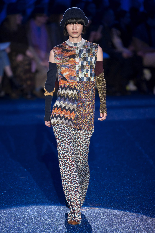 Missoni时装系列图形拼色也有助于丰富最小的无袖或单肩束腰外衣-23.jpg